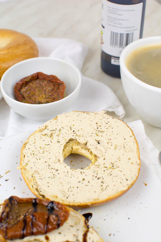 Selbstgemachter Frischkäse aus Sojamilch (vegan)