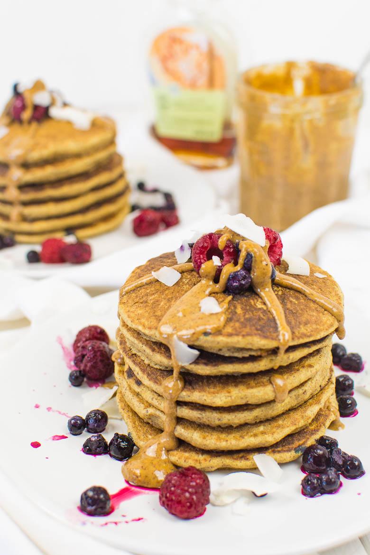 Hafer-Buchweizen-Pancakes mit Mandelbutter (vegan, glutenfrei, ölfrei)