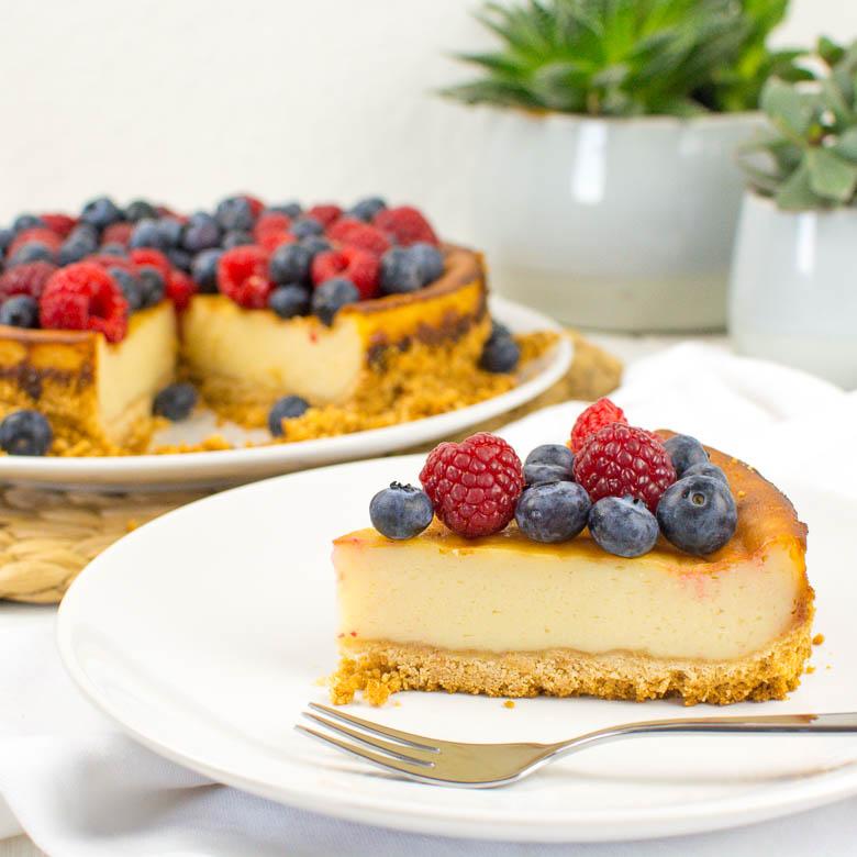 veganer k sekuchen mit keksboden und frischen beeren kaffee cupcakes. Black Bedroom Furniture Sets. Home Design Ideas