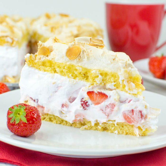 Vegane Trümmertorte mit Erdbeeren