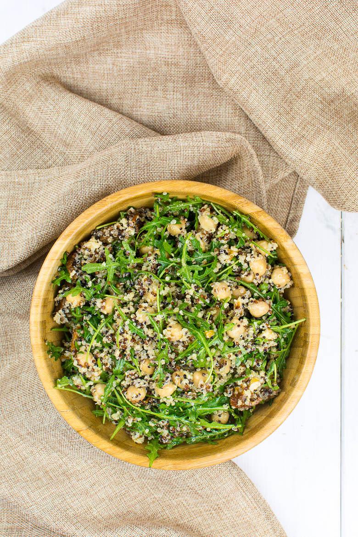 Quinoa-Kichererbsen-Salat mit Rucola, getrockneten Tomaten, Walnüssen und einem Dijon-Zitronen-Dressing mit Knoblauch